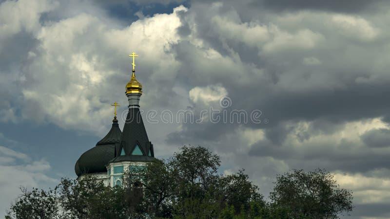 Astrakhan, Rusia - 13 de mayo de 2019: Iglesia de la intercesión de la Virgen bendecida de los viejos creyentes ortodoxos rusos E fotografía de archivo