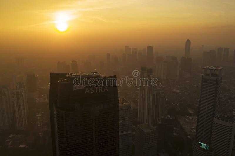 Astratoren met wolkenkrabbers door mist worden behandeld die stock foto