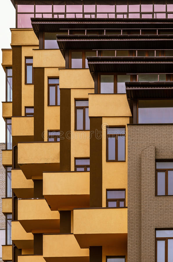 Astrazione dai balconi e dalle finestre di una costruzione multipiana immagini stock libere da diritti