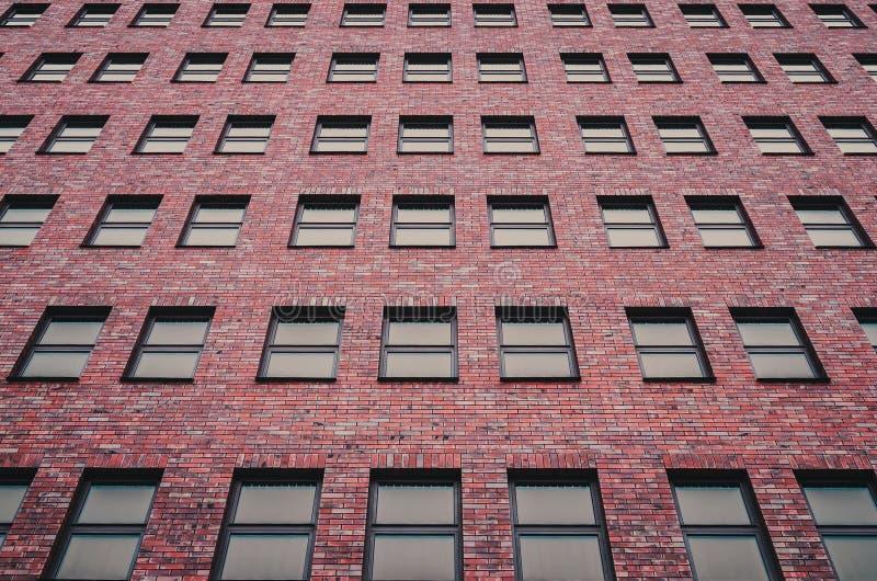 Astrazione dalle finestre di una costruzione multipiana fotografie stock