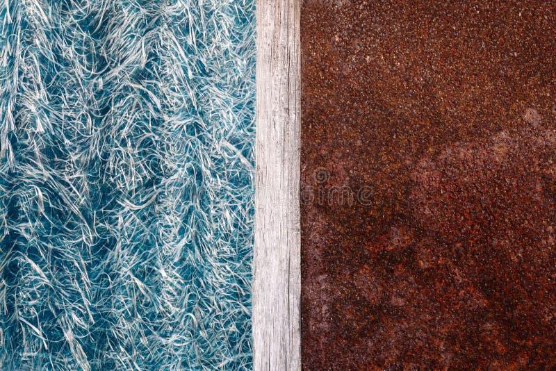 Astrazione dell'ardesia blu del textolite, fondo a metà con un divisorio mediano di piastra metallica ed arrugginito di legno fotografia stock libera da diritti