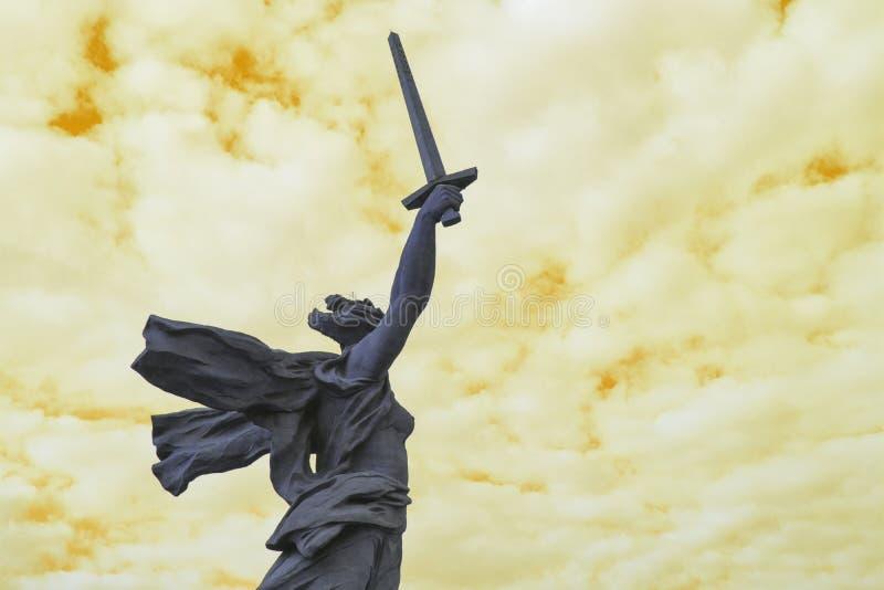 Astrazione Mamaev Kurgan Fondo giallo fotografie stock libere da diritti