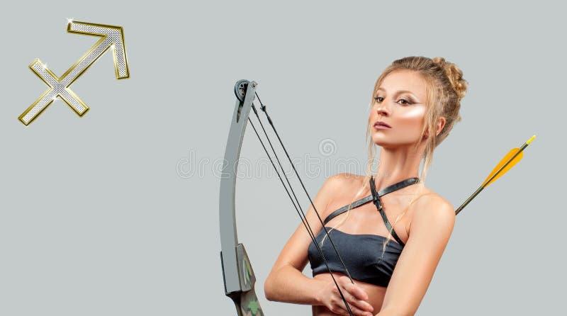Astrología y horóscopo Muestra del zodiaco del sagitario Mujer hermosa con el arco y la flecha imagen de archivo libre de regalías