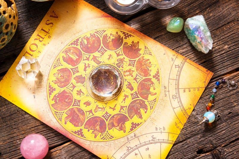 Astrologi med kristaller royaltyfri bild