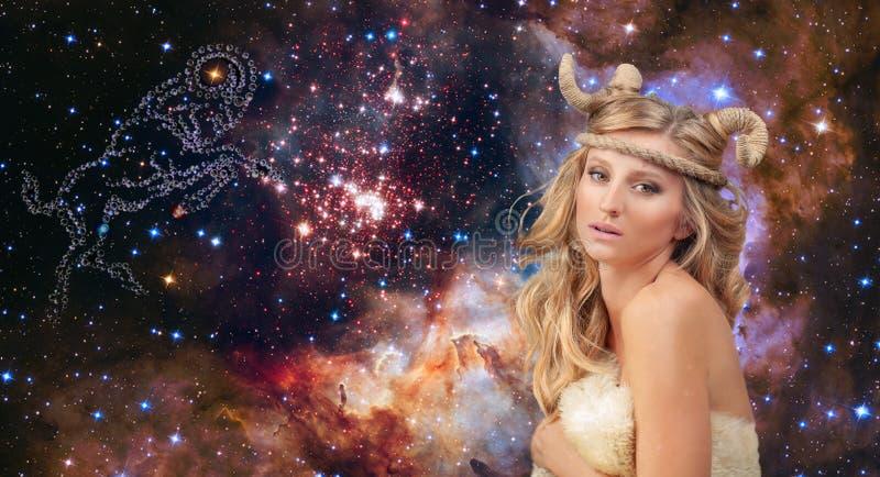 astrologia Aries Zodiac Sign Donna sul fondo del cielo notturno fotografia stock