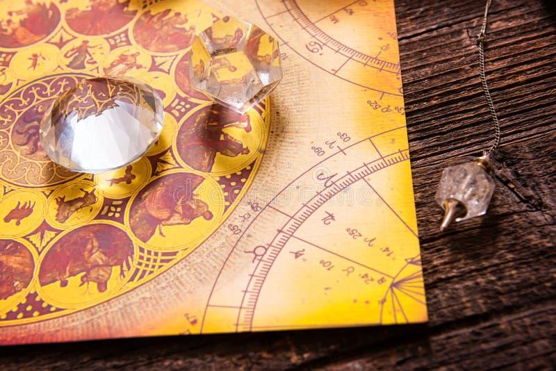 Astrologia con i cristalli fotografia stock libera da diritti