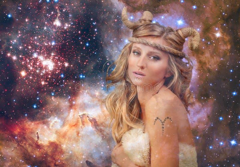 astrologie Aries Zodiac Sign Frau auf Hintergrund des nächtlichen Himmels lizenzfreie stockfotos