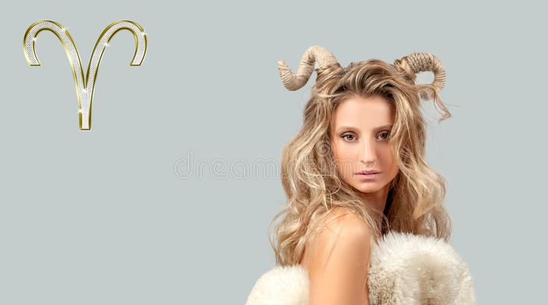 Astrologie et horoscope Aries Zodiac Sign, belle femme avec des klaxons image libre de droits