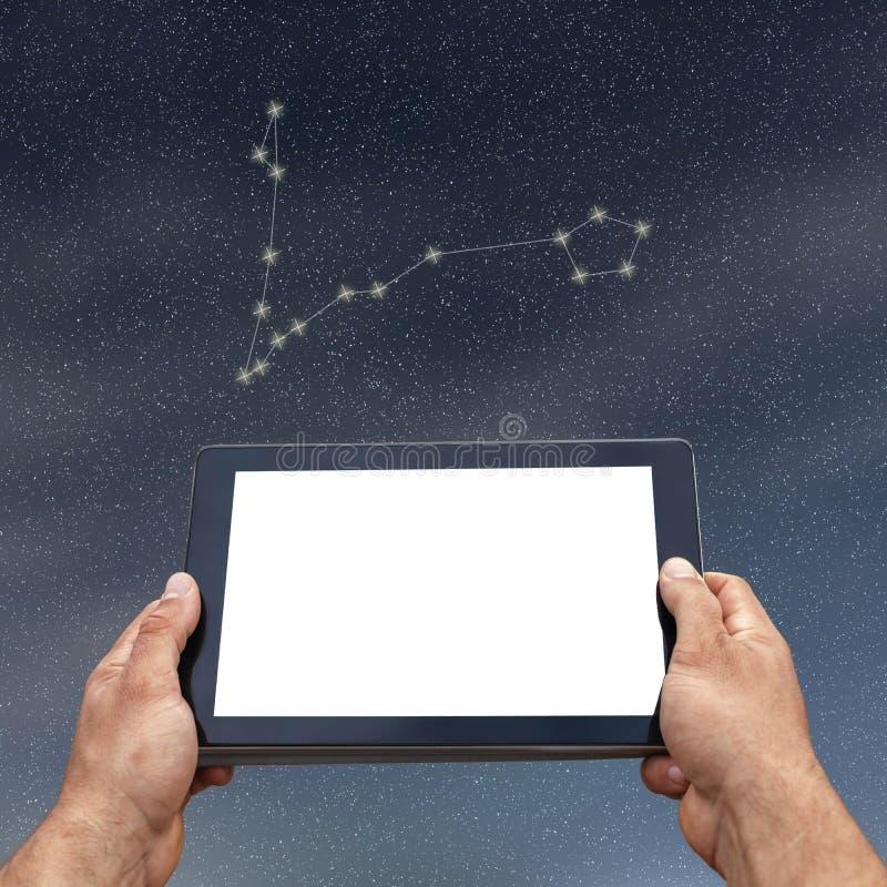 Astrologie, horoscoop, technologie en mensenconcept Vissencons. stock afbeelding