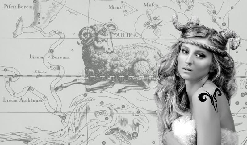 astrologie Vrouw Aries Zodiac Sign stock foto's
