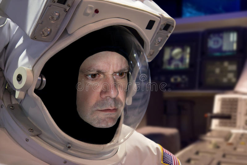 Astronaut an Bord das Raumschiff stockbild
