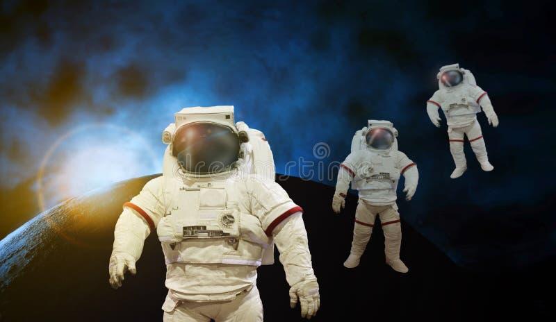 Astronaut, der an Raum mit Sonnenlicht mit Erde und Kosmos arbeitet stockfotos