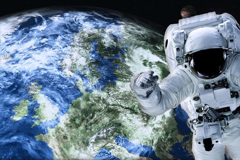 Astronaut dicht bij de Aardeplaneet royalty-vrije stock afbeeldingen