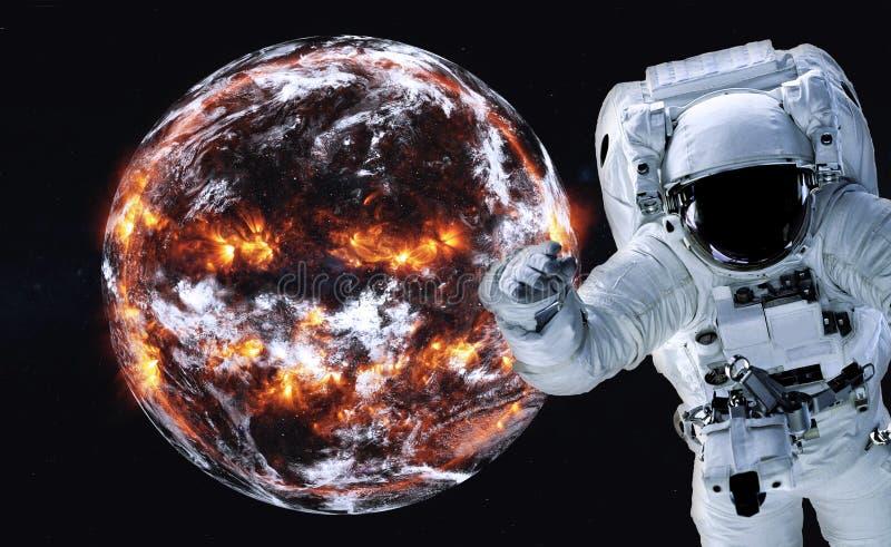 Astronaut dichtbij Aardeexplosie met brand stock foto
