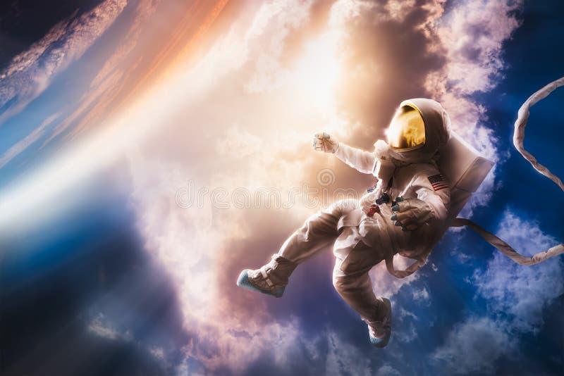 Astronaut die in de atmosfeer drijven stock foto's