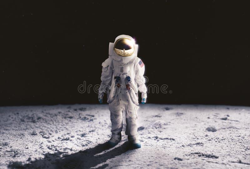 Astronaut die op de maan loopt royalty-vrije stock afbeeldingen
