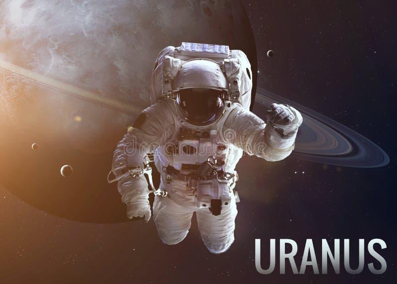 Astronaut die ruimte in de baan van Uranus onderzoeken stock fotografie