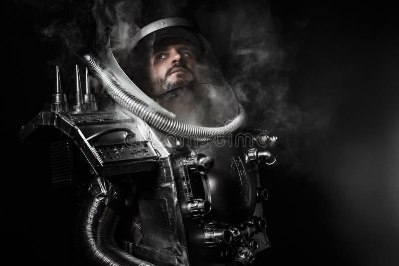 Astronaut, fantasiestrijder met reusachtig ruimtewapen stock foto