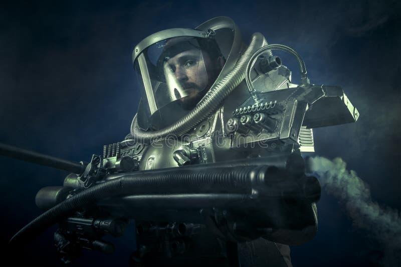 Astronaut fantasikrigare med det enorma utrymmevapnet royaltyfri foto