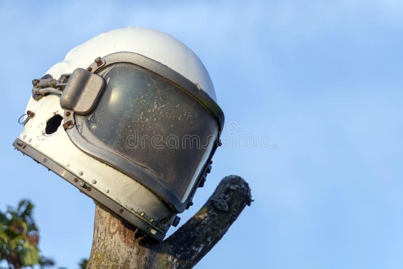 Astronaut Helmet op blauwe hemelachtergrond met exemplaarruimte stock fotografie