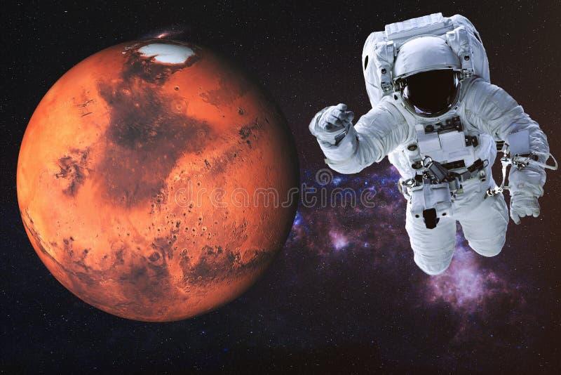 Astronaut in kosmische ruimte dichtbij de planeet van Mars van zonnestelsel royalty-vrije stock foto