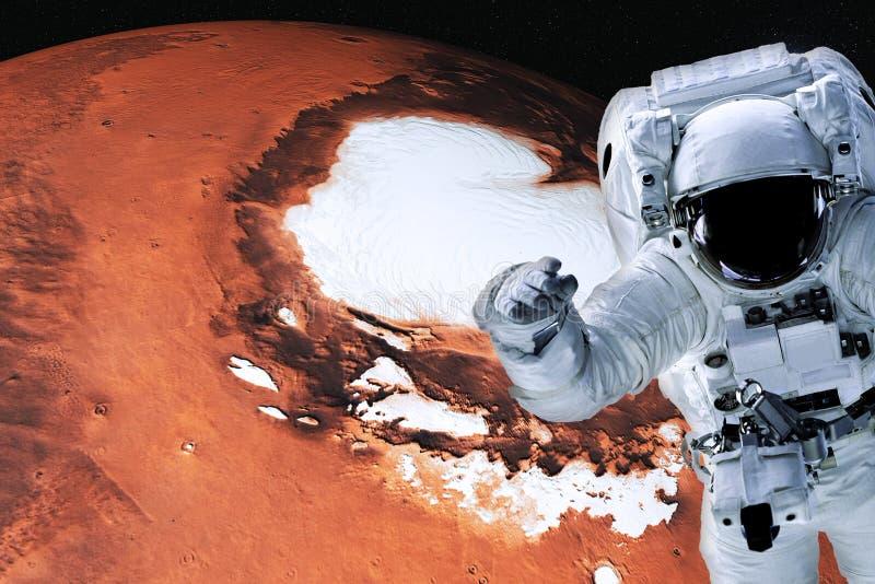 Astronaut in kosmische ruimte dichtbij de planeet van Mars van zonnestelsel royalty-vrije stock foto's