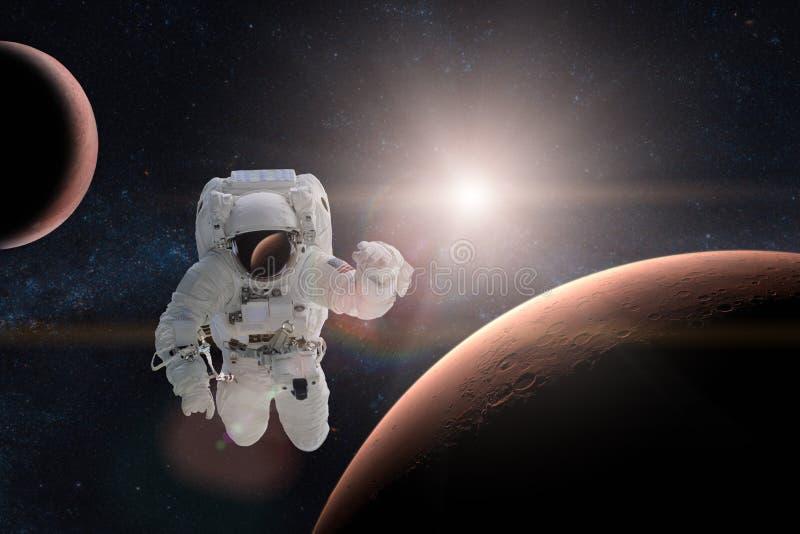 Astronaut in kosmische ruimte op achtergrond van Mars royalty-vrije stock foto's