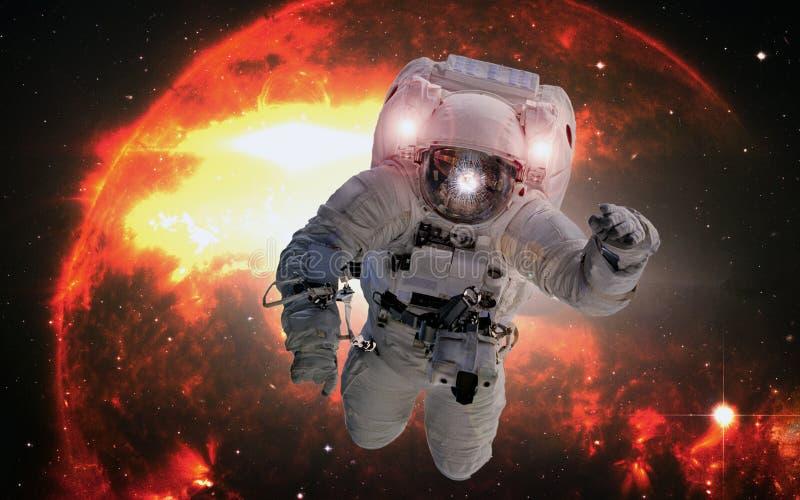 Astronaut in kosmische ruimte op de oranje reuzesterachtergrond Elementen van dit die beeld door NASA wordt geleverd stock afbeelding