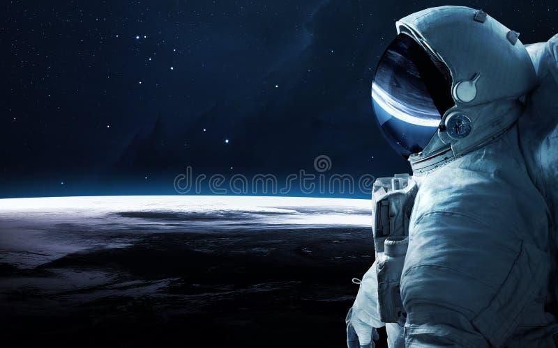 Astronaut in kosmische ruimte spacewalk Elementen van dit die beeld door NASA wordt geleverd royalty-vrije stock foto