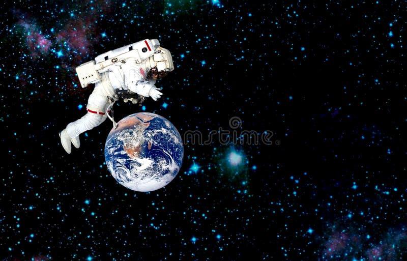 Astronaut- och planetjord beskickning i yttre rymd fotografering för bildbyråer