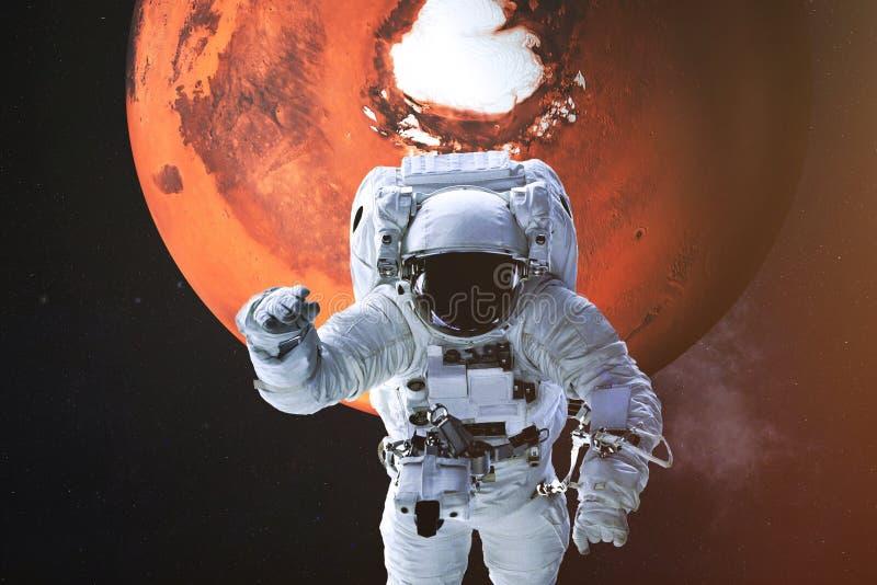Astronaut op de achtergrond van Mars stock foto's