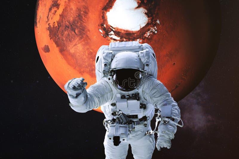 Astronaut op de achtergrond van Mars stock afbeeldingen