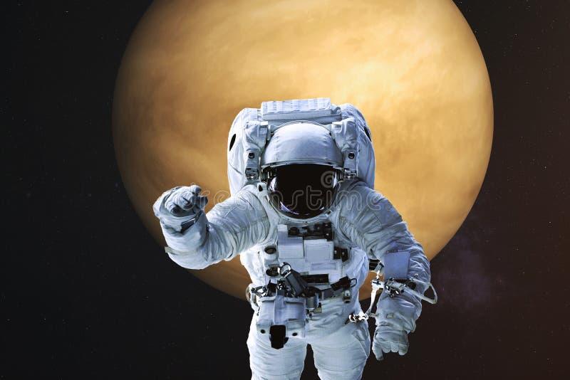 Astronaut op de achtergrond van Venus stock afbeeldingen