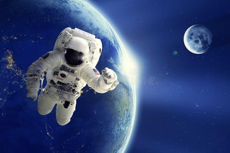 Astronaut of Ruimtevaarder die in ruimte met Aardeplaneet en maanachtergrond drijven royalty-vrije stock foto