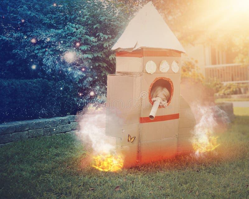 Astronauta Child Playing Outside del espacio imagenes de archivo