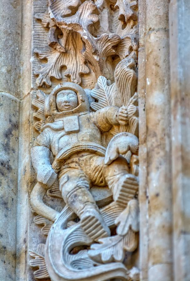 Astronauta cinzelado na fachada da catedral de Salamanca, Espanha fotografia de stock