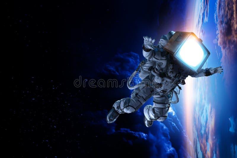 Astronauta con la testa della TV nello spazio Media misti immagini stock libere da diritti