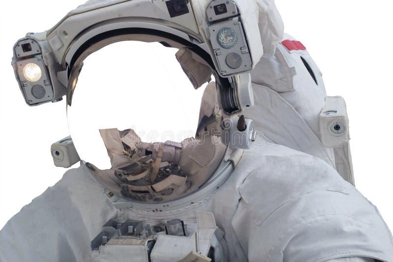 Astronauta del espacio único con el espacio blanco en casco con la reflexión de los hends aislados en el fondo blanco imagenes de archivo