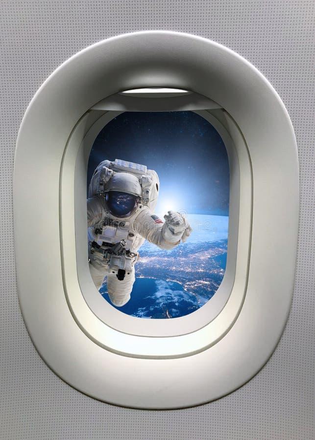 Astronauta en espacio exterior de la porta Elementos de esta imagen equipados por la NASA imagen de archivo libre de regalías