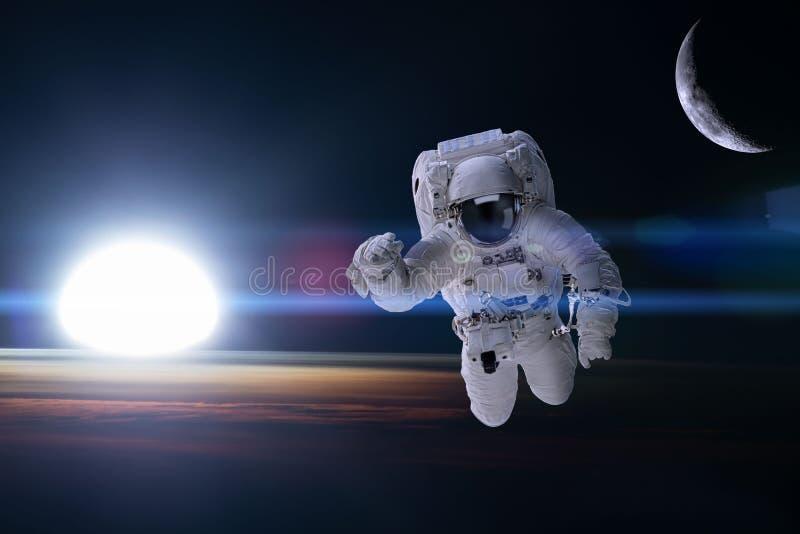 Astronauta en espacio exterior en el fondo de la tierra de la noche Eleme imágenes de archivo libres de regalías