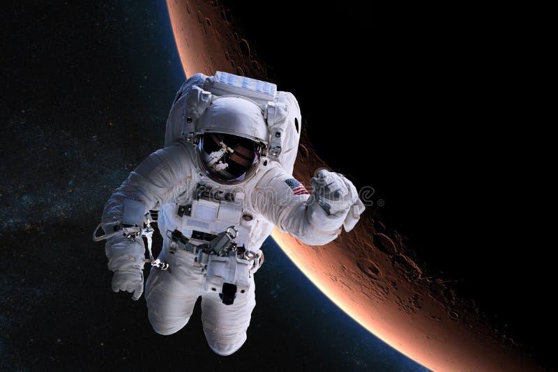 Astronauta en espacio exterior en el fondo del Marte foto de archivo libre de regalías