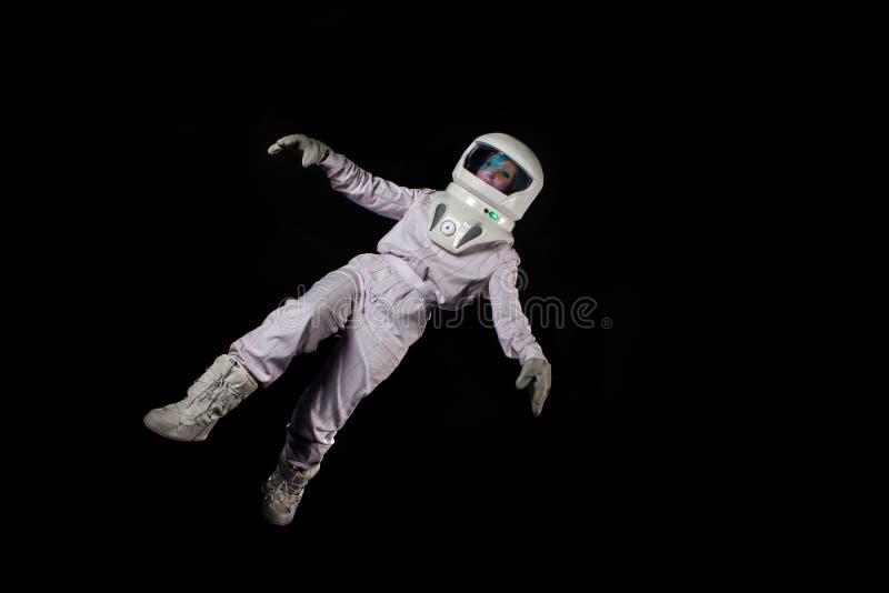 Astronauta en espacio, en la gravedad cero en fondo negro Hombre en el espacio, cayendo fotos de archivo libres de regalías