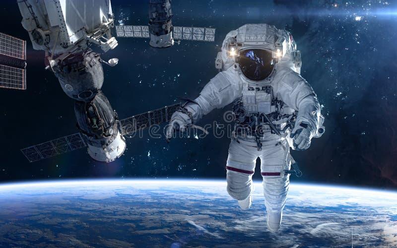 Astronauta, estación espacial en espacio profundo Paisaje c?smico hermoso Ciencia ficci?n ilustración del vector
