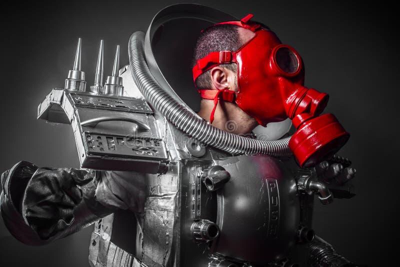 Astronauta, fantazja wojownik z ogromną astronautyczną bronią obrazy stock