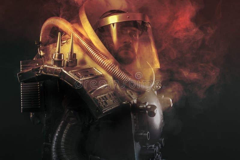 Astronauta, fantazja wojownik z ogromną astronautyczną bronią zdjęcia stock