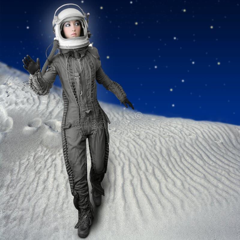 astronauta futurystycznych księżyc planet astronautyczna kobieta zdjęcie stock