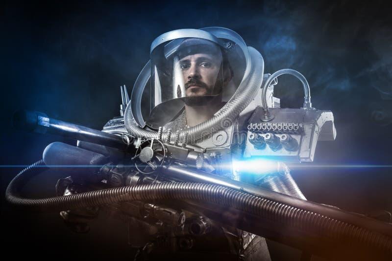 Astronauta, guerreiro da fantasia com a arma de espaço enorme foto de stock