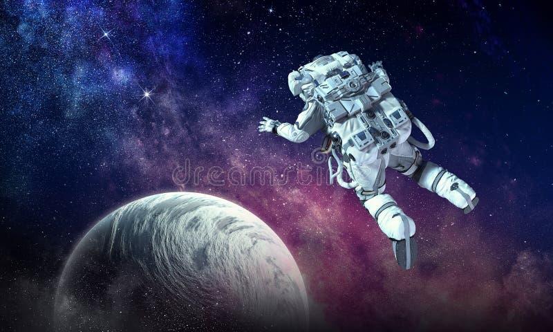 Astronauta na misi kosmicznej Mieszani środki obrazy royalty free