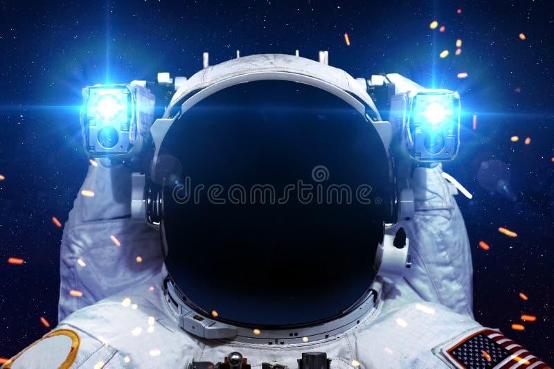 Astronauta nello spazio cosmico contro il contesto di fotografia stock