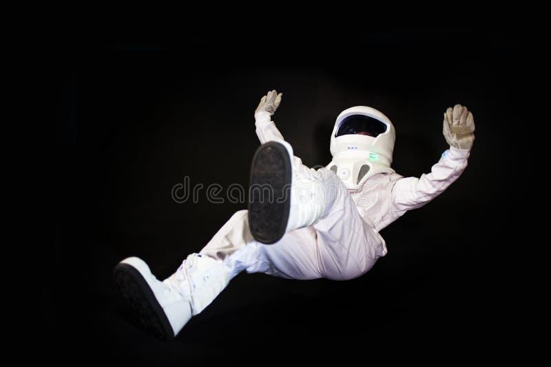 Astronauta nello spazio, nella gravità zero su fondo nero immagine stock